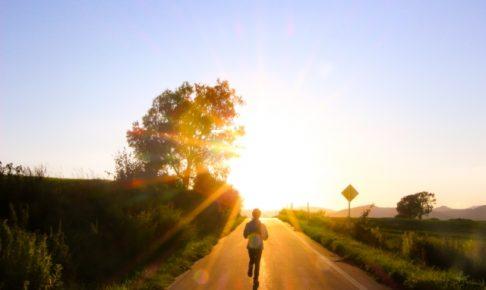 夕日に向かって走る後ろ姿