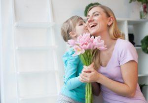 花をもらうお母さん