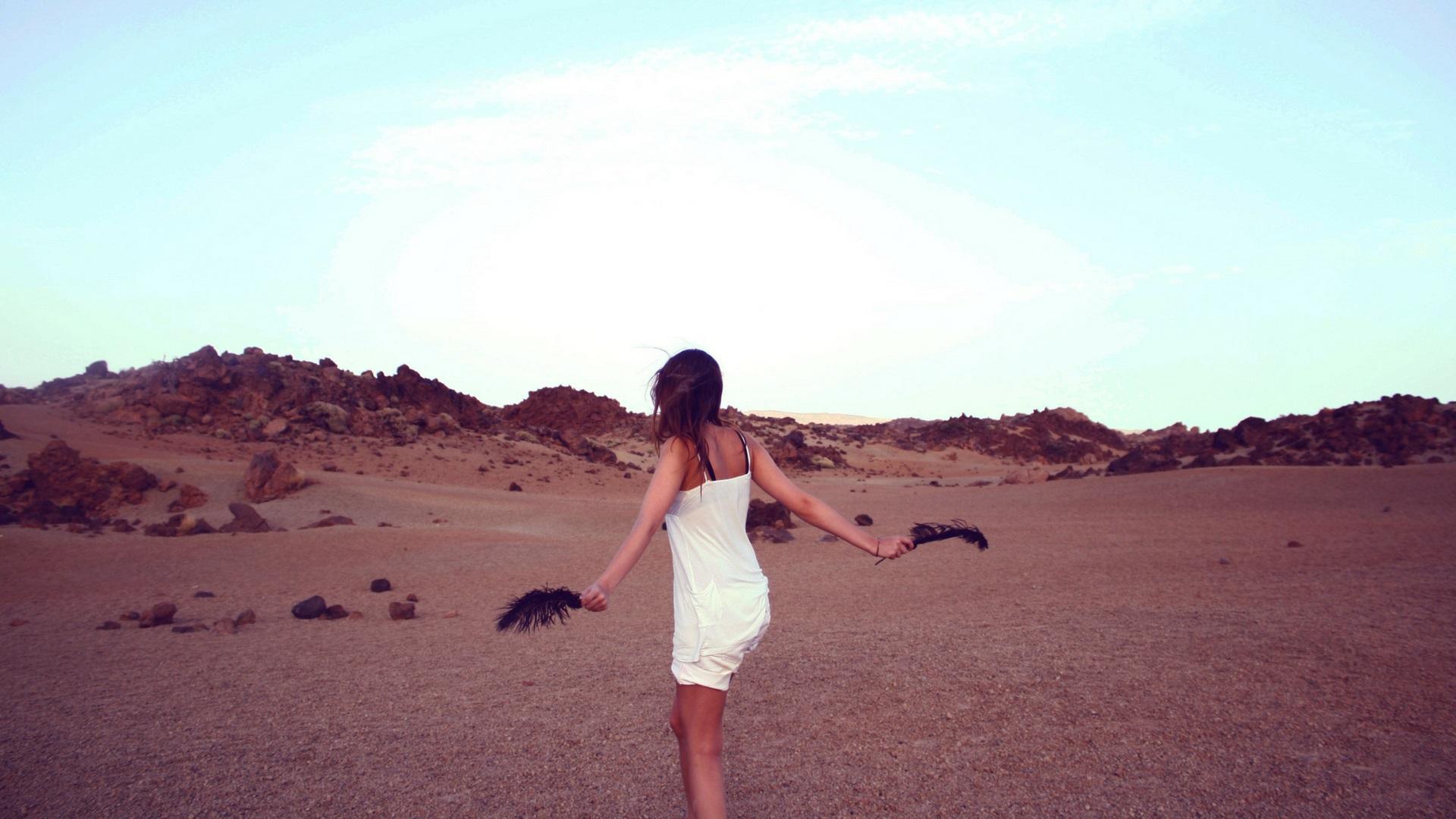 砂漠を歩く女性