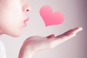 ハートのキスをする女性
