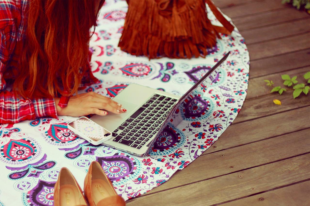 女性とパソコン