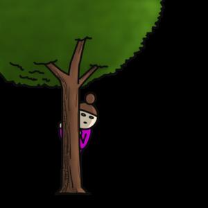 木の影から覗く女性
